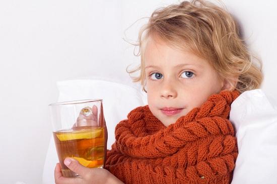 Baietel racit, in pat, ce vrea sa bea un ceai