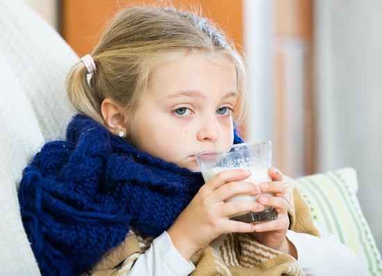 Fetita racita ce bea lapte