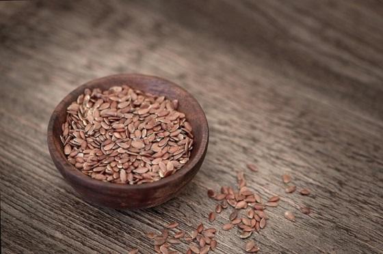Seminte de in intr-un castronel de lemn