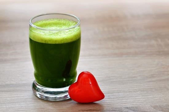 Suc natural, verde, cu o inima de jucarie alaturi