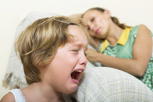 Copilul este nervos cand vine bona
