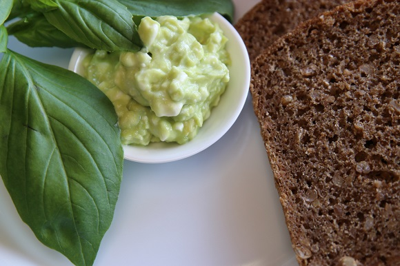 Branzica dulce cu legume verzi si o felie de paine integrala