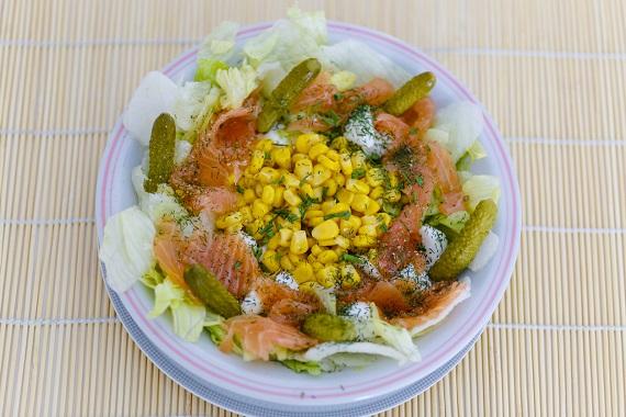 Salata cu somon ,porumb, castraveciori murati
