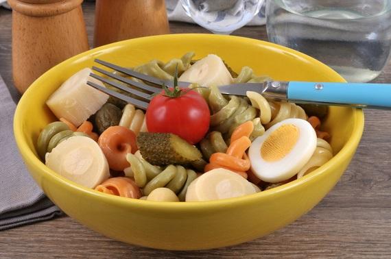 Salata cu paste, rosii, castraveti murati