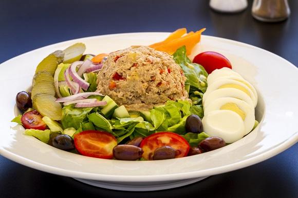Salata cu ton, ceapa rosie, legume, castraveti murati