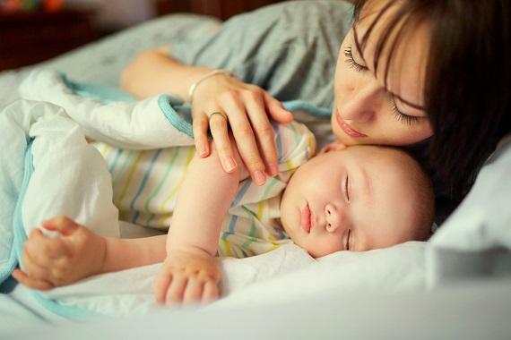 Mama ce doarme alaturi de bebelusul ei