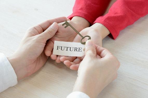 Mama ce pune in mainile copilului ei cheia catre viitor