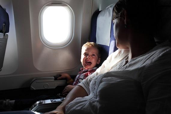 Copil ce incepe sa planga in timpul unei calatorii cu avionul