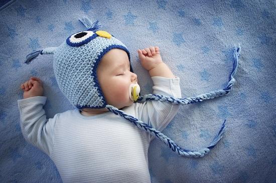 Pozitia corecta de somn pentru bebelusii de pana in 6 luni: culcat pe spate
