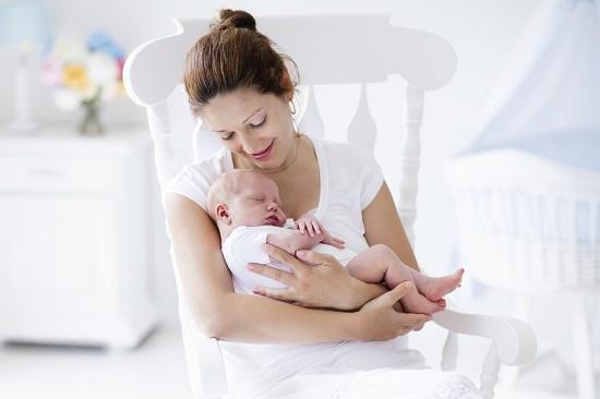 Mama isi doarme bebelusul si il pregateste pentru a-l culca pe spate
