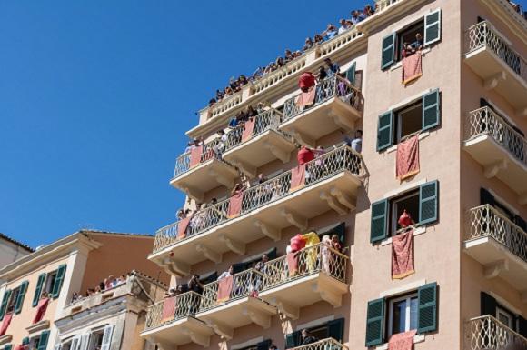 Bloc ce are balcoanele pline de oameni