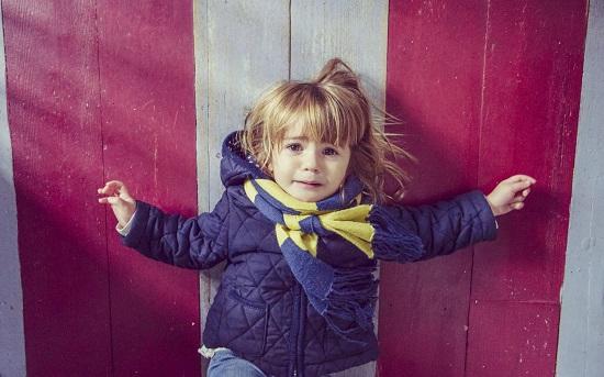 Copilul intr-o criza emotionala- se posteaza in fata unei usi si incepe sa planga si sa tipe