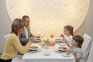 Cum te poate face de ras copilul la restaurant- spune cuvinte urate