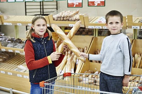 Cum te poate face de ras un copil in public, la magazin-se va bate cu paine