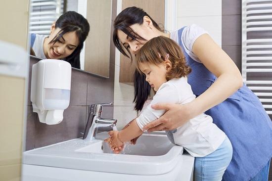 Copilul te face de ras la o toaleta publica atunci cand spune in gura mare cum si-a facut necesitatile