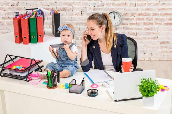 Mama ce lucreaza la birou alaturi de bebelusul ei