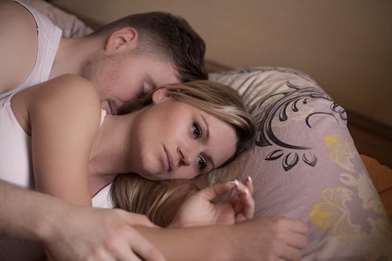 Femeie ce nu poate dormi, langa partenerul ei