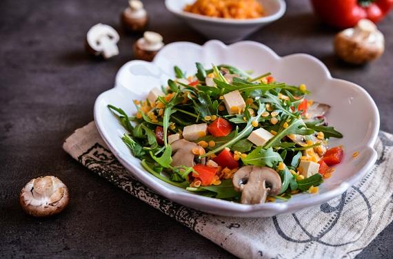 Salata cu ciuperci, rosii, ruccola, rofu