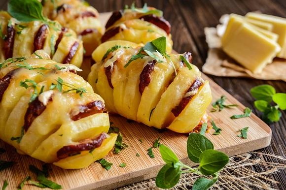 Cartofi copti, cu mozzarella si cu carne