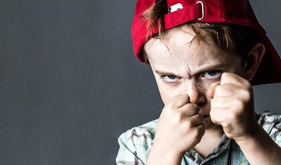 Baietel cu manifestari de agresivitate