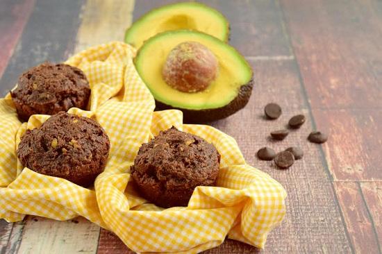Briose cu cacao, alaturi de avocado