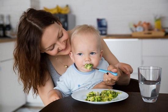 Mama ce isi hranesti copilul