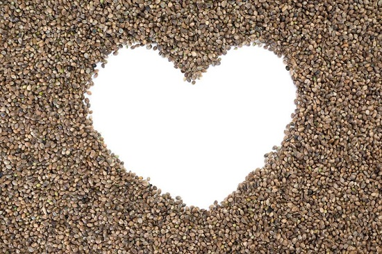 Seminte de canepa, dispuse in forma de inima