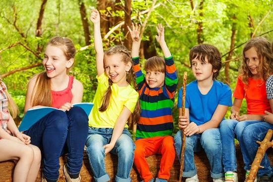 Copii in timpul unei activitati in aer liber desfasurata intr-o tabara