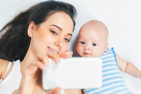 Mama ce face selfie cu bebelusul ei