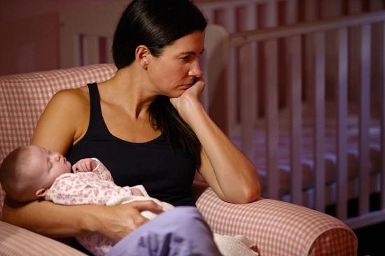 Mama ganditoare, cu bebelusul in brate