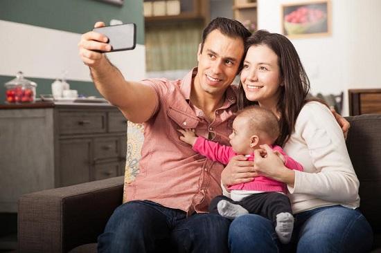 Tata ce face selfie cu mama si cu bebelusul