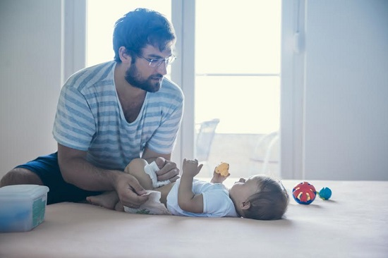 Tata ce se ocupa de schimbarea scutecelor bebelusului