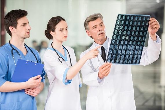 Medici ce se uita la rezultatele unor investigatii