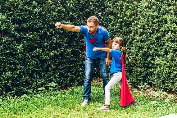 Tata ce se joaca cu fiica sa