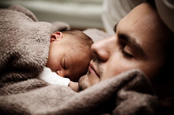 Tata care doarme cu bebelusul sau pe piept