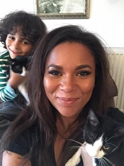 Nadine si fiul ei, Noah