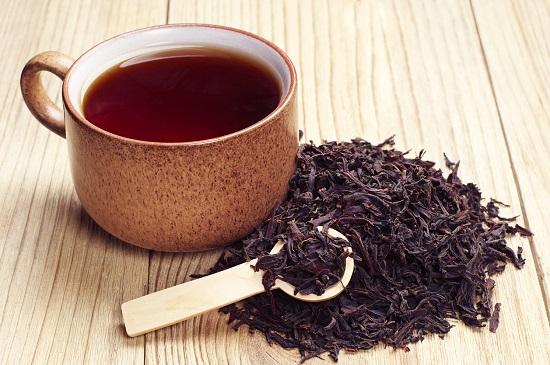 Ceai negru in cana si ceai negru sub forma de planta