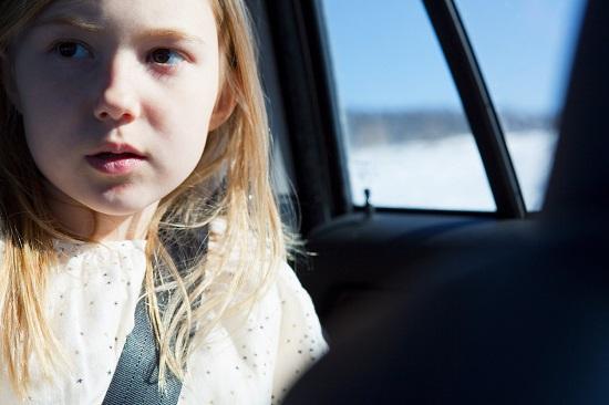 Fetita trista, in masina