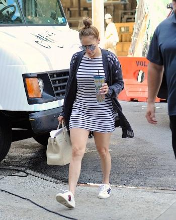 Jennifer Lopez imbracata intr-o rochie cu dungi