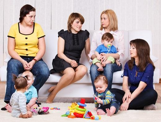 Grup de mame cu copiii lor