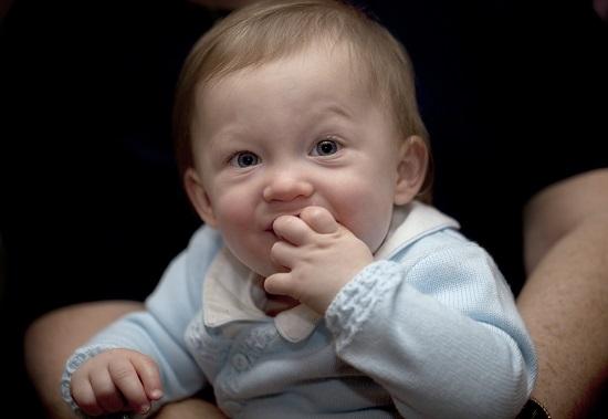 Bebelus ce isi baga manuta in gurita