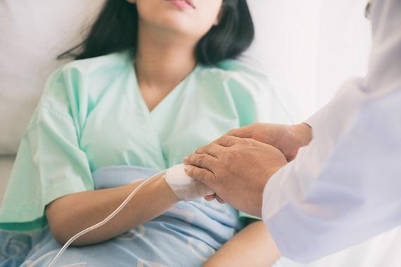 Femeie ce este pe patul de spital