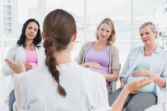 Femei insarcinate la o reuniune