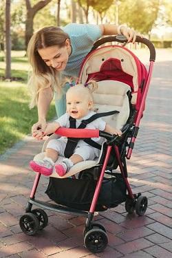 Mama si bebelus la plimbare