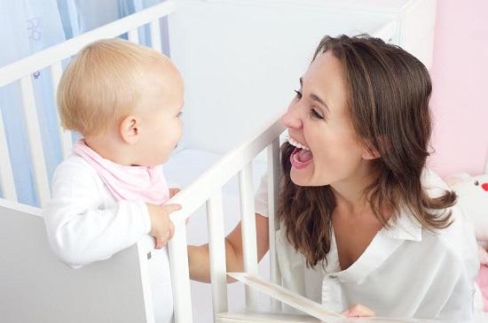 Mama ii vorbeste bebelusului ei