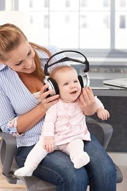 Mama i-a spus bebelusului muzica la casti