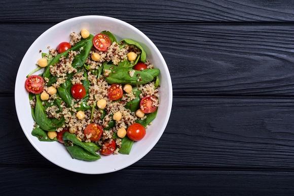 Salata cu quinoa, naut, baby spanac