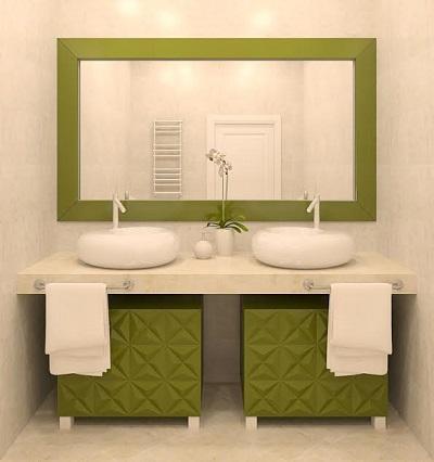 Oglinda din baie, cu cadrul pictat in verde
