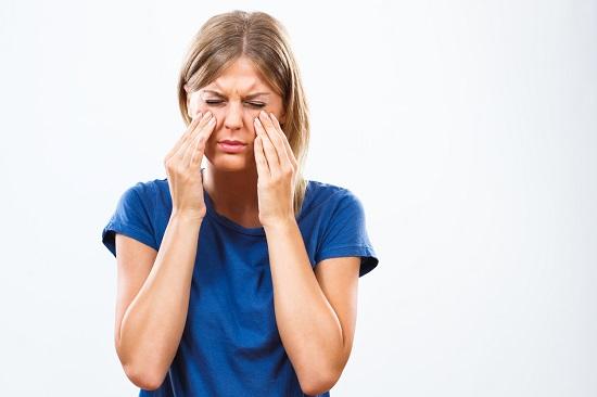 Fata ce are dureri de sinusuri