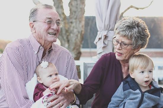Bunici cu nepotii lor, bebelusi